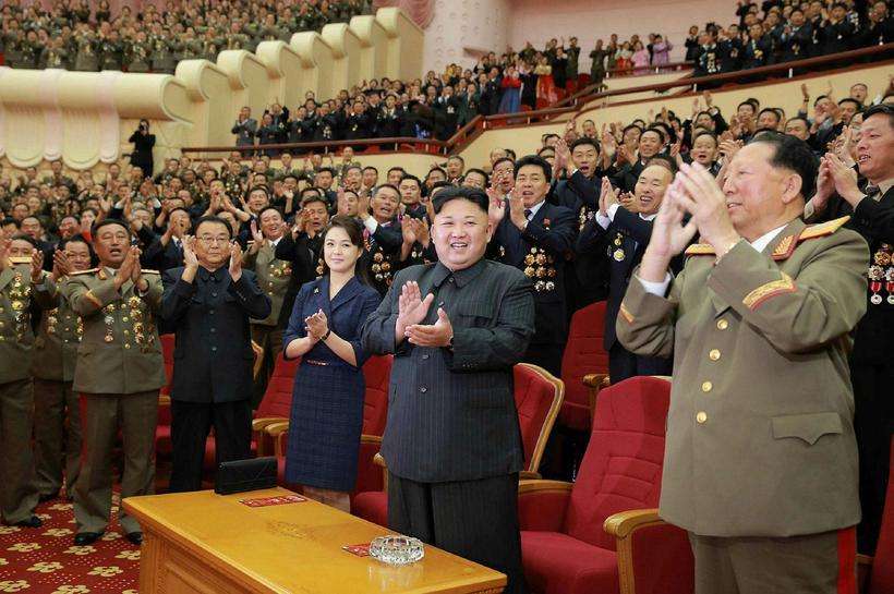 Kim Jong-un, leiðtogi Norður-Kóreu (fyrir miðju) og kona hans Ri ...
