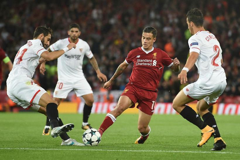 Philippe Coutinho umkringdur þremur leikmönnum Sevilla í gær.