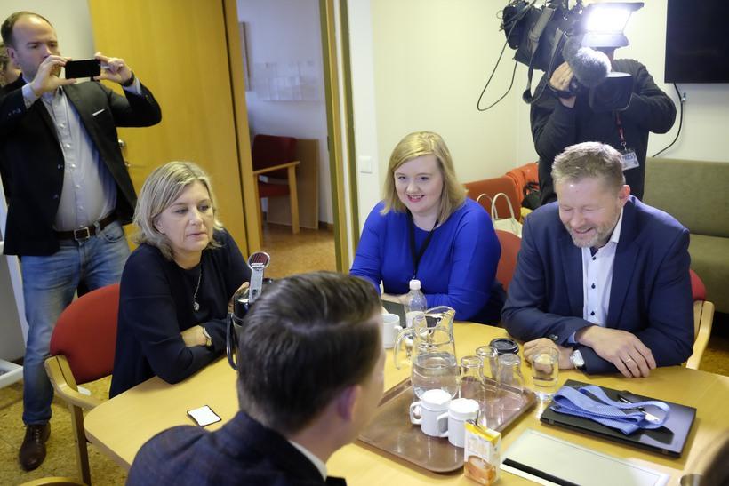 Þingflokksfundur hjá Viðreisn. Hanna Katrín Friðrikssin (fyrir enda borðs) var ...