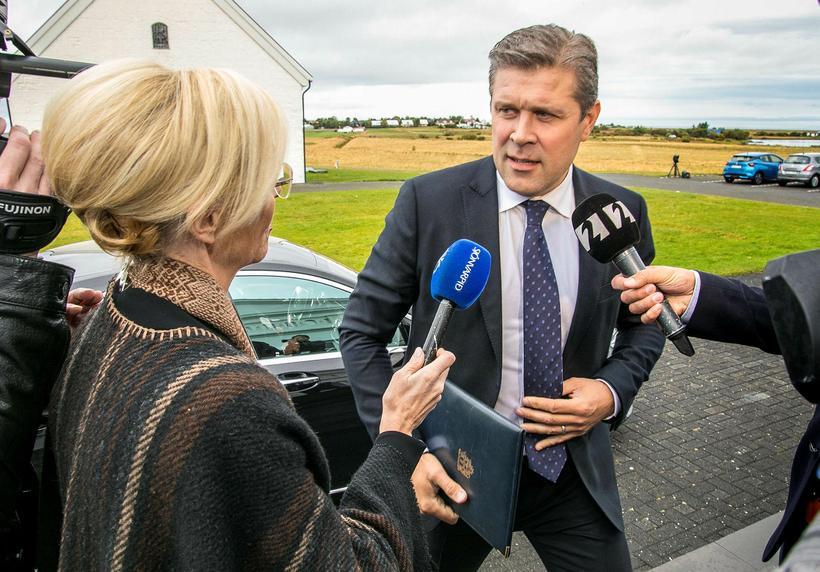 Bjarni Benediktsson kemur með þingrofsskjalið á mánudag í möppu með ...