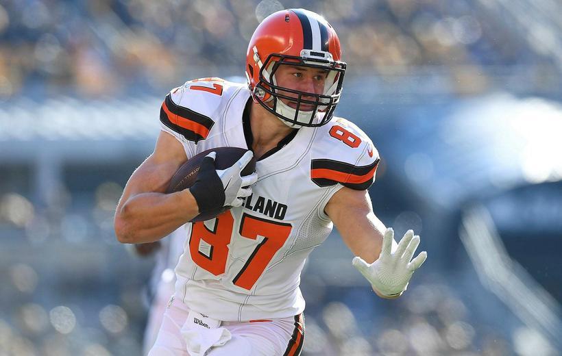 Seth DeValve hjá Cleveland Browns var fyrsti hvíti leikmaðurinn til ...