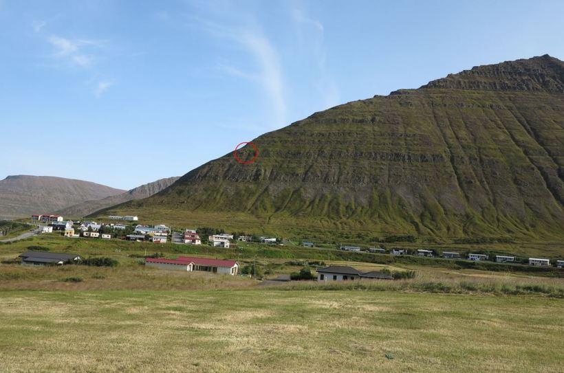 Hnífsdalur. Fyrir miðri mynd er búið að draga rauðan hring ...