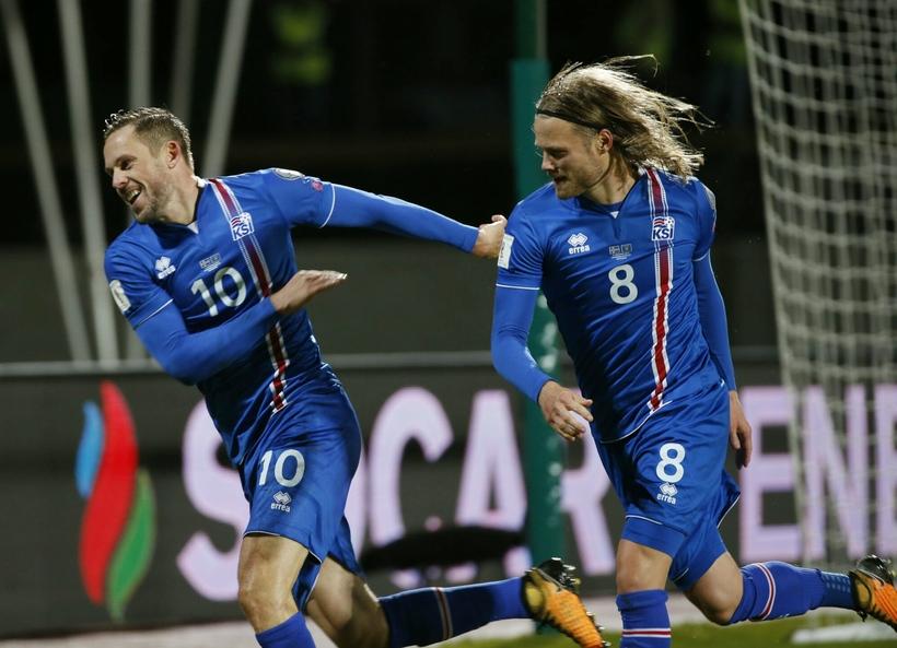 Gylfi Þór Sigurðsson og Birkir Bjarnason fagna fyrsta marki leiksins.