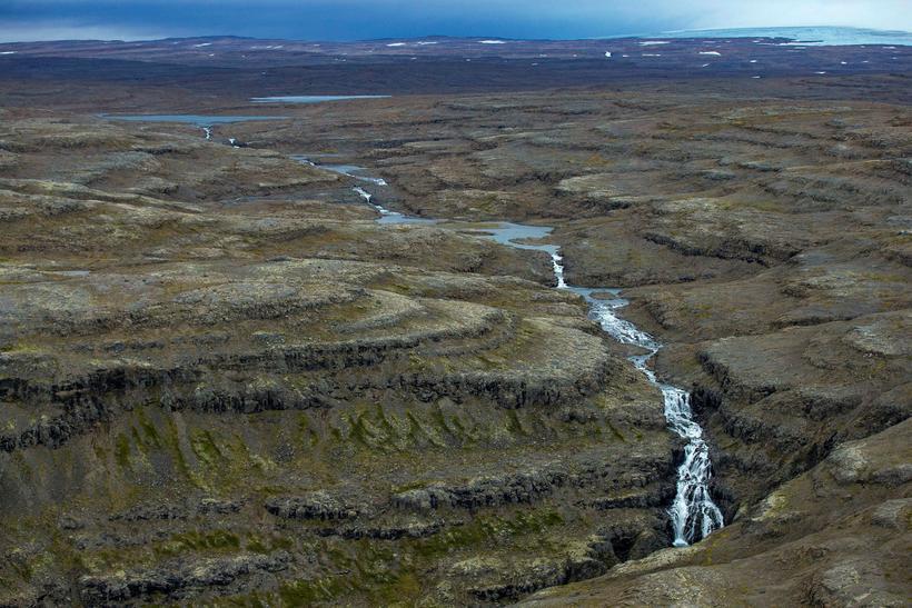 Vatnsrennslið í Drynjanda, 70 metra háum fossi í Hvalá, myndi …