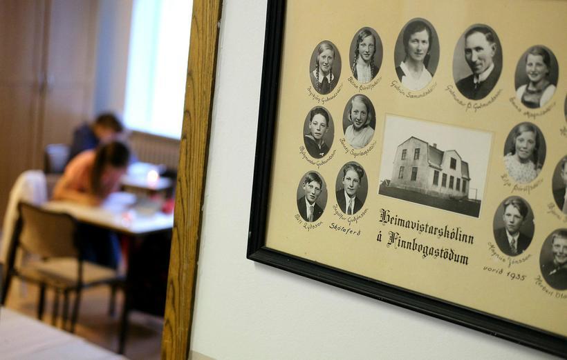 Jóhanna og Vigdís Grace liggja yfir námsbókunum í Finnbogastaðaskóla.
