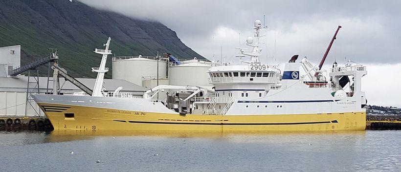 Bjarni Ólafsson að landa í Neskaupstað.
