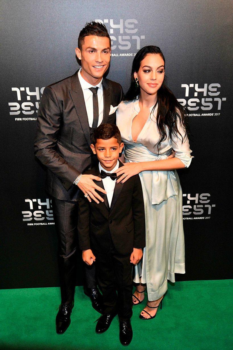 Cristiano Ronaldo, Georgina Rodriguez og Cristiano Ronaldo yngri.