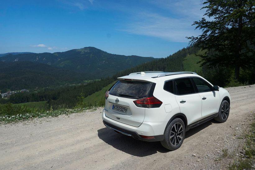 Nissan X-Trail tekur sig vel út með sá malarvegaryk á ...