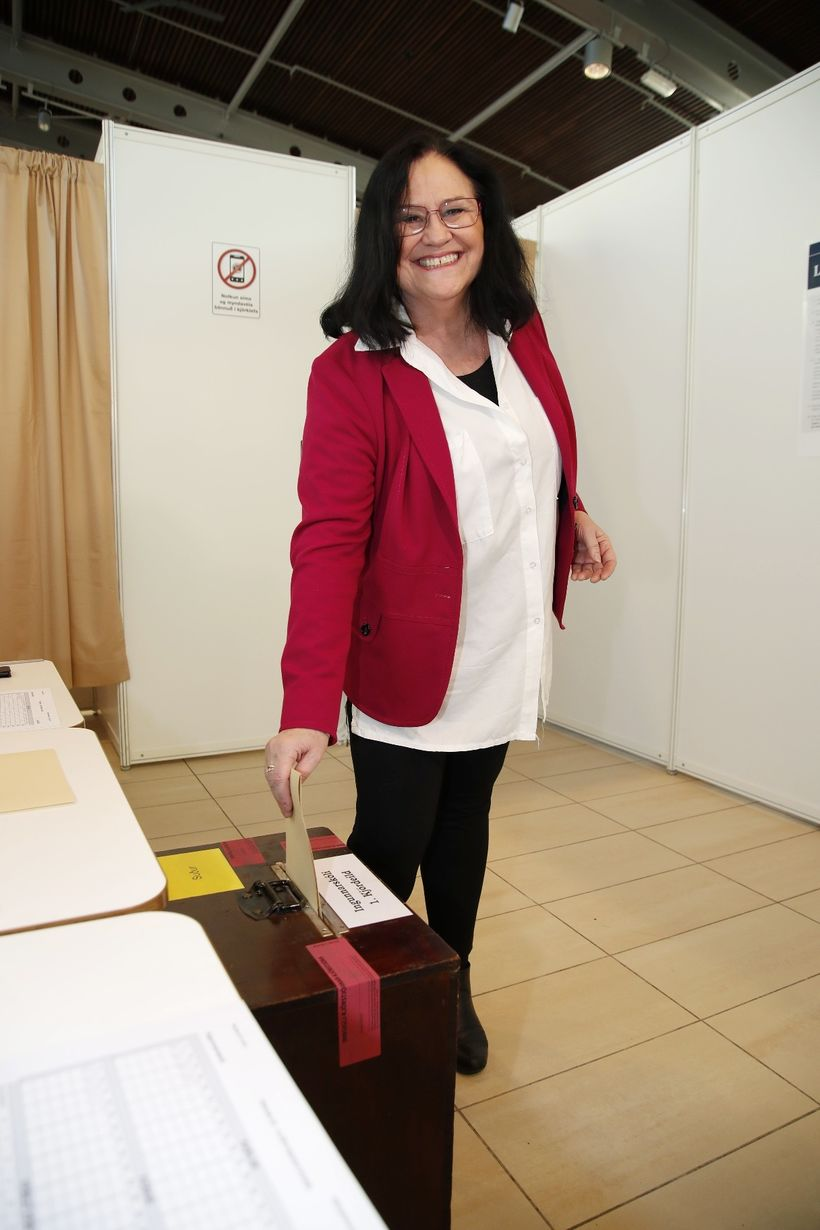 Inga Sæland kaus einnig í jakkanum á kjördag 28. október …