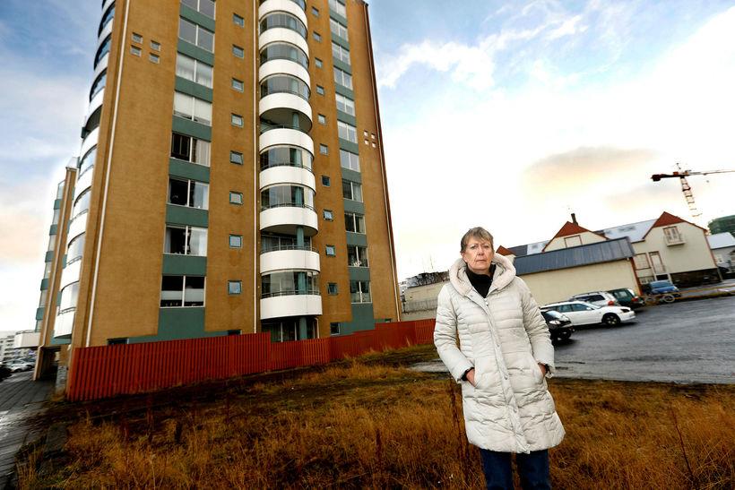 Ingrid Backman Björnsdóttir á lóðinni við hlið heimilis síns þar ...