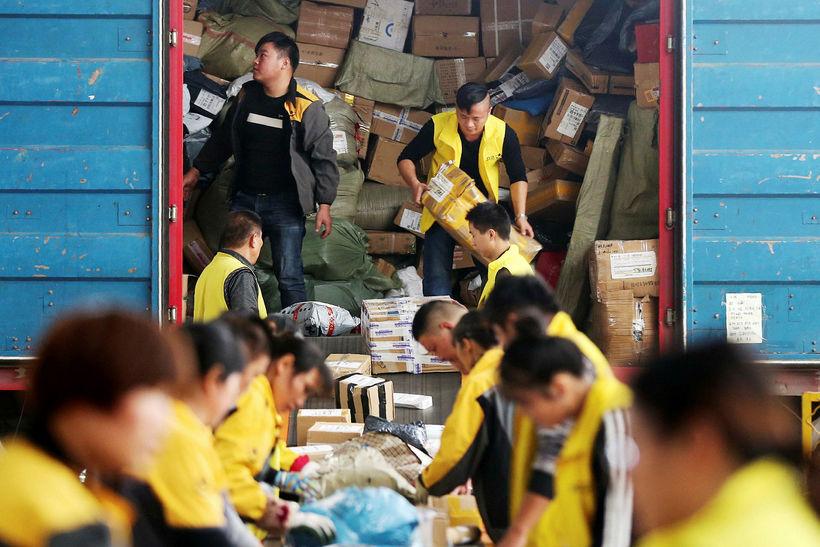 Starfsmenn fyrirtækis í Anhui héraðinuí í Kína undirbúa sendingar fyrir ...