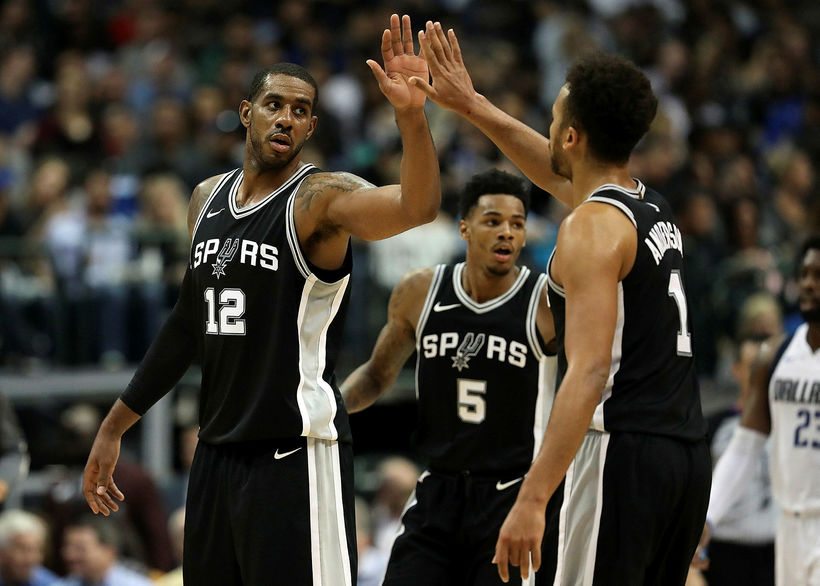 LaMarcus Aldridge fagnar sigri San Antonio Spurs gegn Dallas Mavericks ...