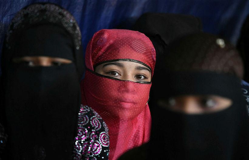 Rohingja-konur í Kutupalong flóttamannabúðunum í Bangladess. Konur og börn eru ...