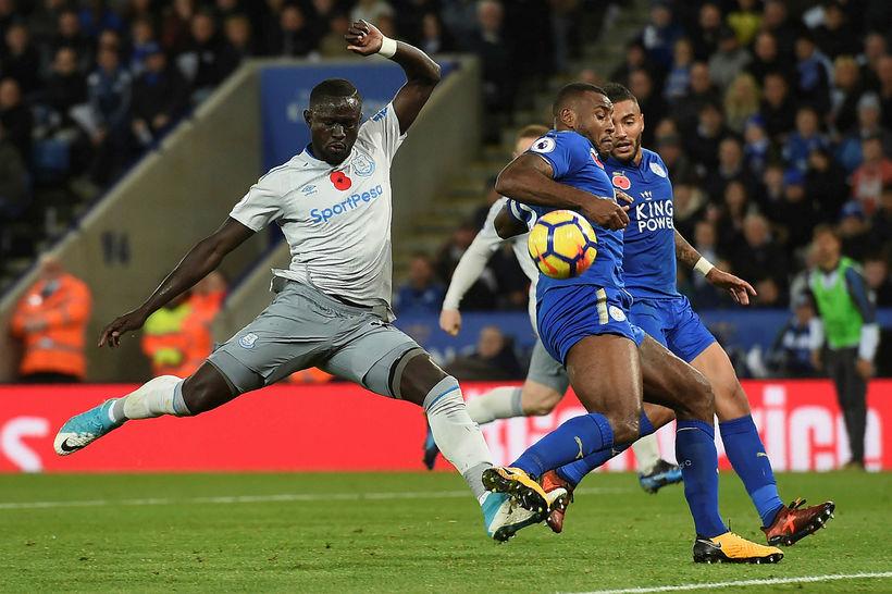 Oumar Niasse í baráttu um boltann gegn Leicester.