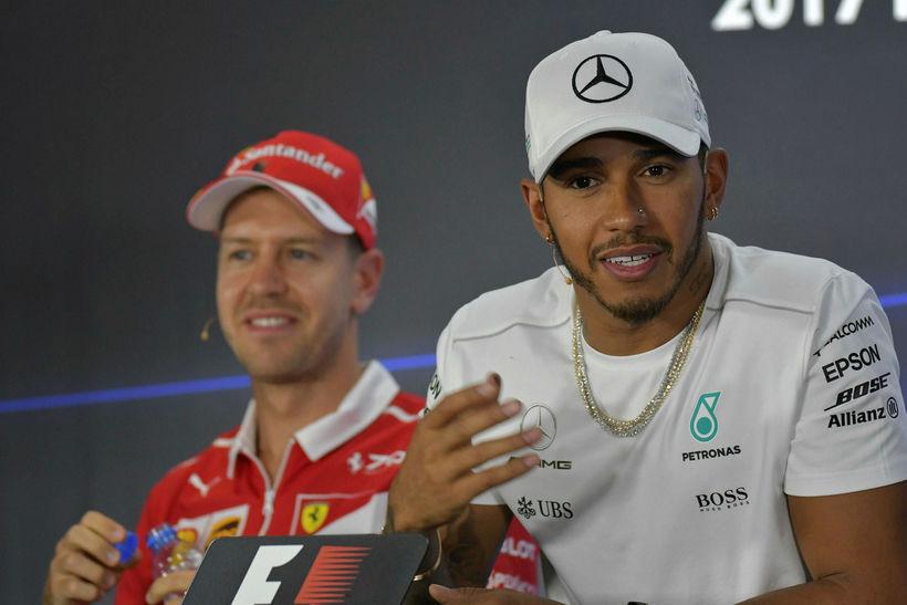 Lewis Hamilton (t.h.) og Sebastian Vettel á blaðamannafundi í Abu ...