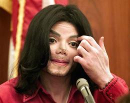 Michael Jackson í vitnastúku. Ljóst var að lýtaaðgerðir sem hann …
