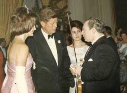 John F. Kennedy og eiginkona hans Jacqueline, ræða við fiðluleikarann …