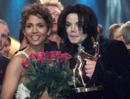 Bandaríska leikkonan Halle Berry og Michael Jackson.