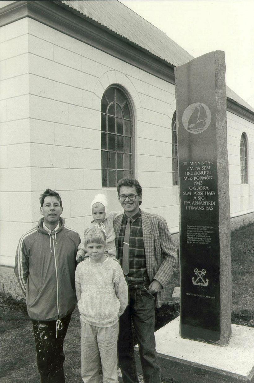 Árið 1987. Bílddælingar afhjúpuðu minnisvarða um Þormóðsslysið og alla þá ...