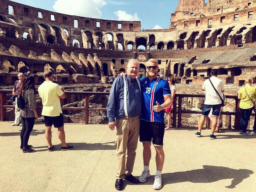 Ormarr og Nökkvi glaðbeittir í Colosseum-hringleikahúsinu í Róm.