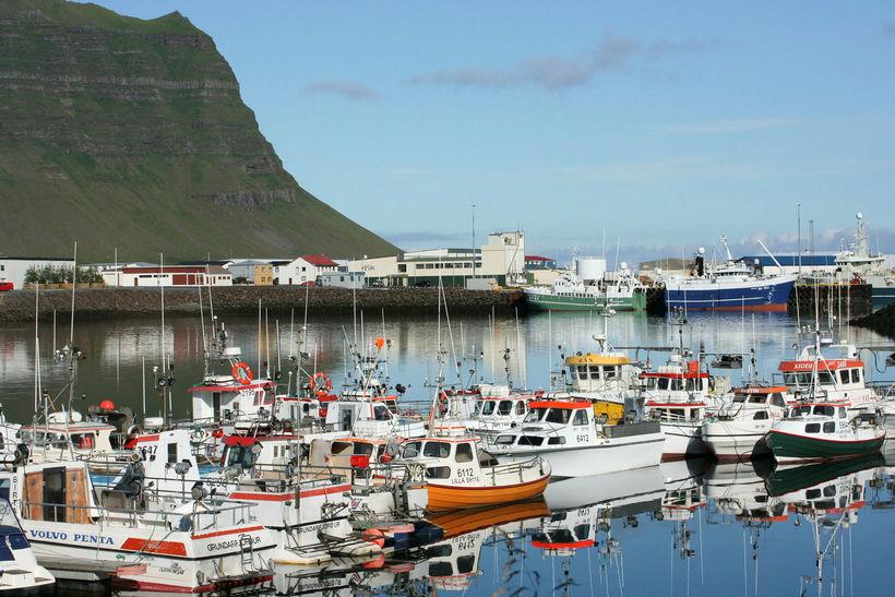 Strandveiðiflotinn á Grundarfirði speglar sig eftir sumarið.