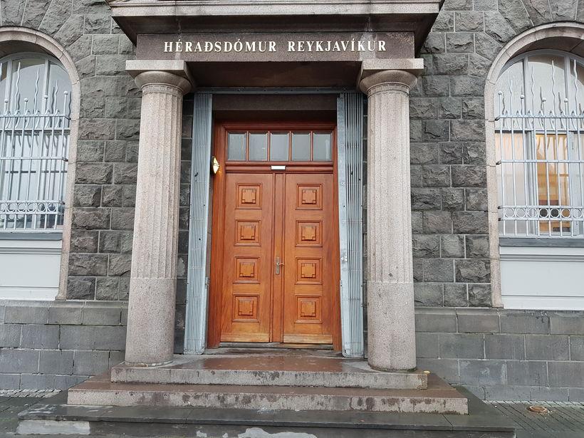 Dómnum þótti ekki sannað að maðurinn hefði tekið um háls ...