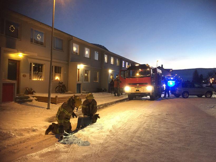 Slökkvilið að störfum við Hlíðarveg í dag.