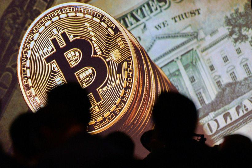 Nú kostar einn bitcoin um 6800 dollara, en virðið fór ...