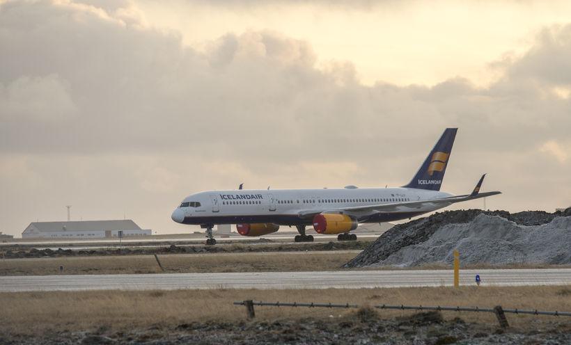 Ein af flugvélum Icelandair stendur hreyfingarlaus úti á flugbraut í ...