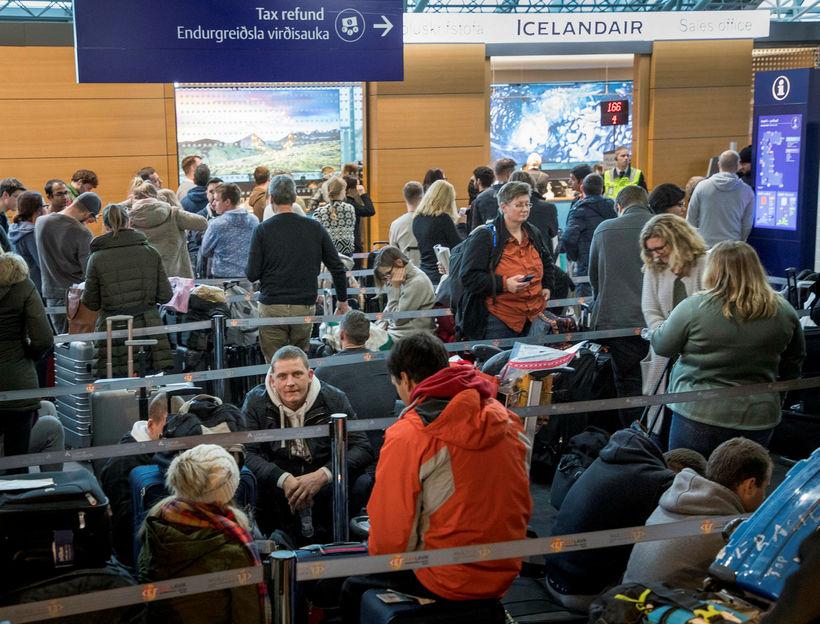 Gífurlegur fjöldi beið úrlausn sinna mála við söluskrifstofu Icelandair í ...