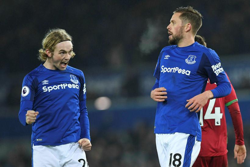 Tom Davies og Gylfi Þór Sigurðsson fagna marki fyrir Everton.