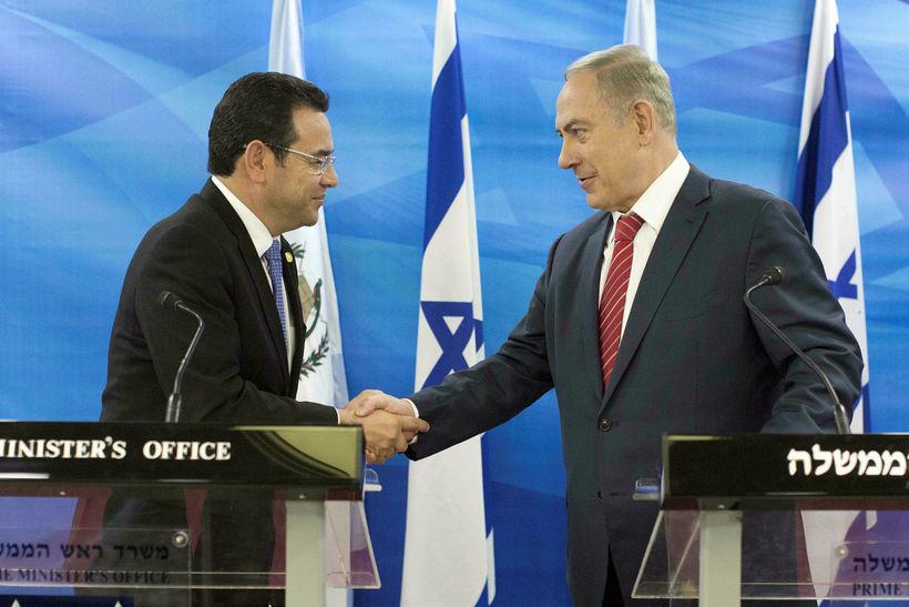 Jimmy Morales ( til vinstri) og Benjamin Netanyahu takast í ...