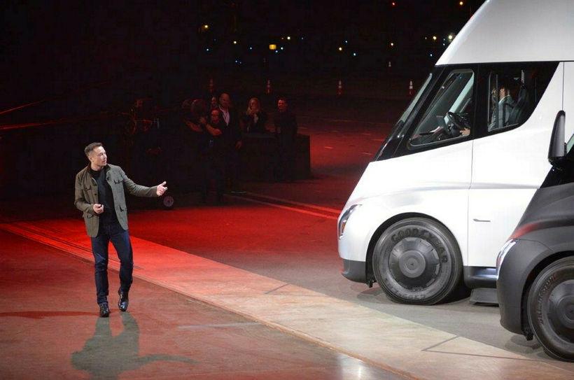 Elon Musk kynnir rafknúinn vörubíl.