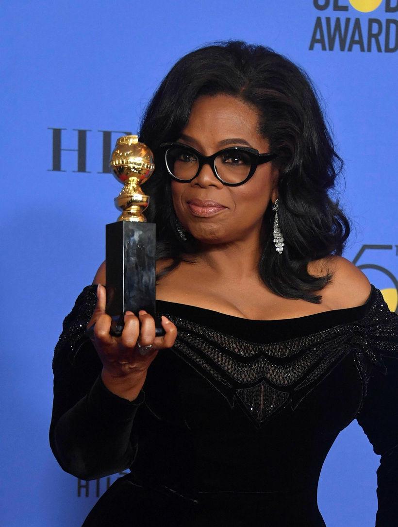 Þáttastjórnandinn Oprah Winfrey stillir sér upp með Cecil B DeMille ...