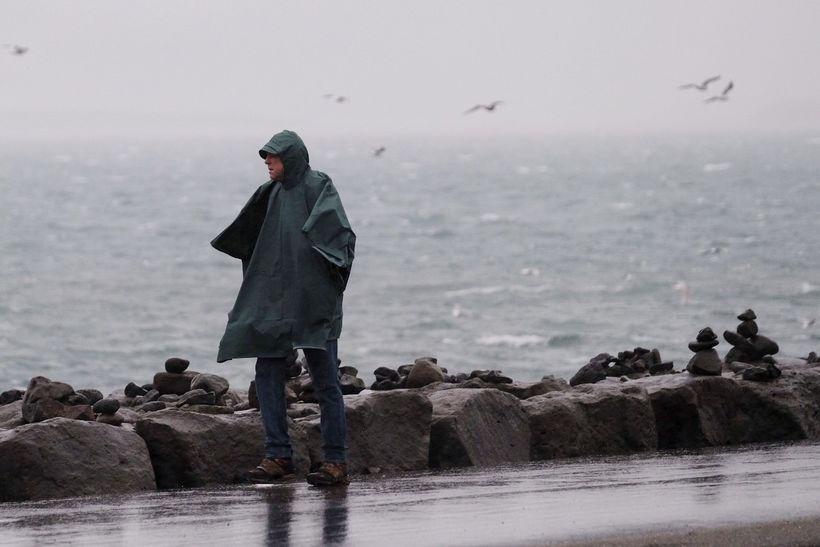 Óveðrið færist nú austur og norður yfir landið.