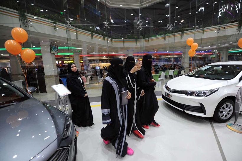 Saudi-arabískar konur skoða úrvalið í nýrri bílasölu í Jeddah sem ...