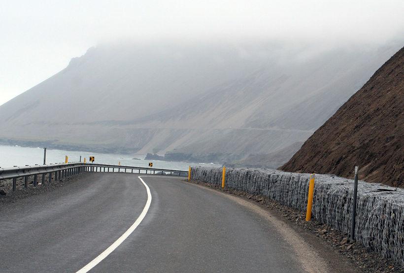 Þjóðvegurinn í Hvalnesskriðum.