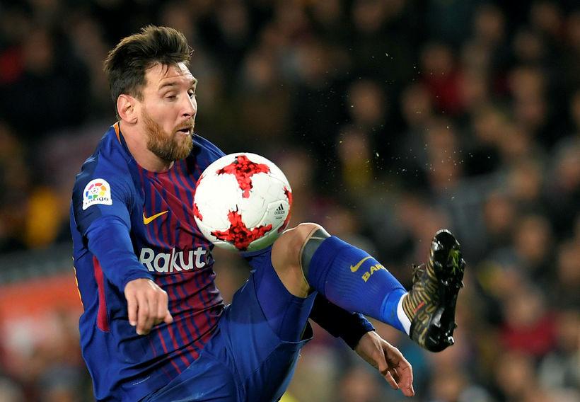 Lionel Messi leikur hér listir sínar með boltann.