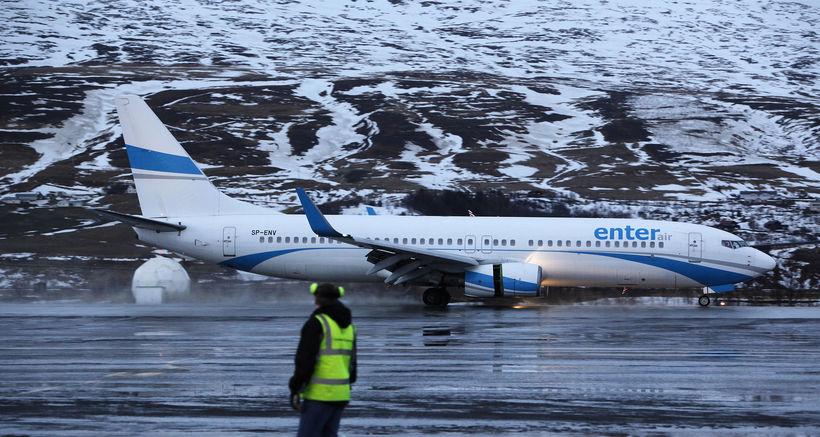 Boeing 737-800 vél frá Enter Air brunar framhjá flughlaðinu á ...