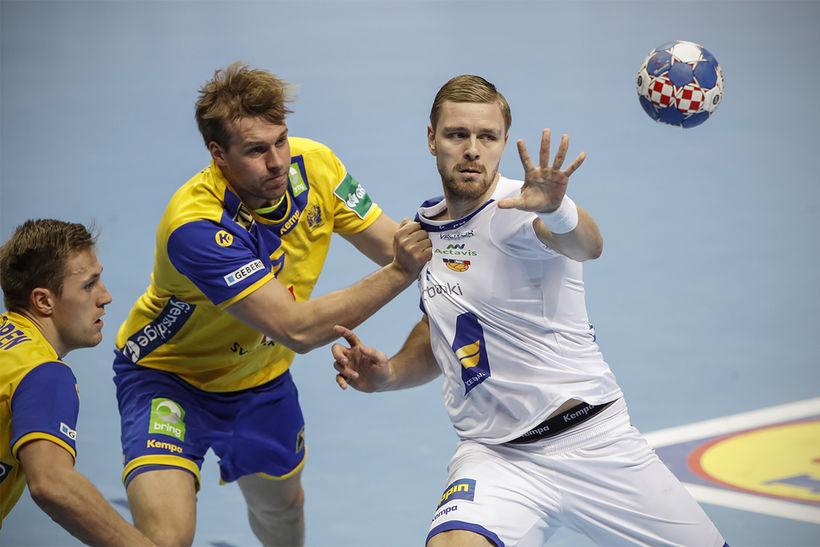 Aron Pálmarsson í baráttu gegn Svíum í dag en hann ...