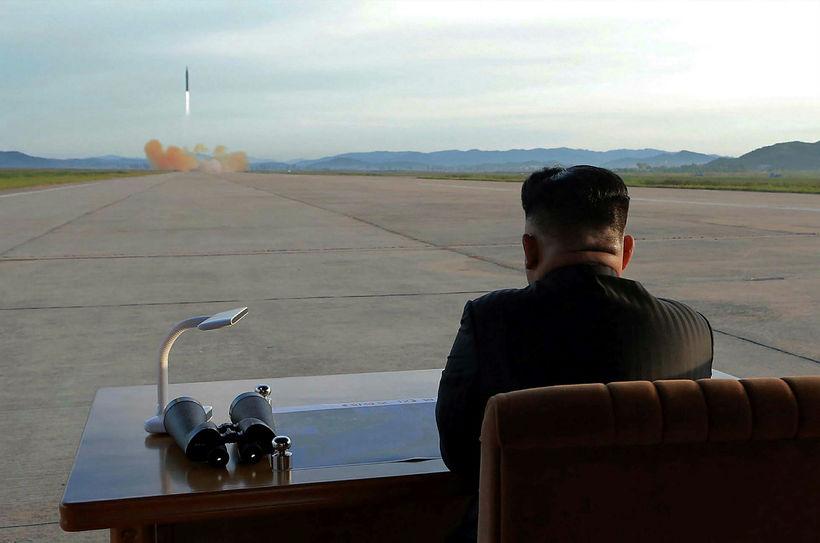 Leiðtogi Norður-Kóreu, Kim Jong-un, fylgist með eldflaugaræfingu.