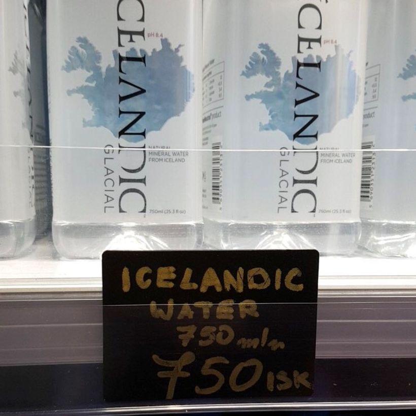 Á veitingastaðnum Þrastarlundi er hægt að kaupa 750ml af vatni ...