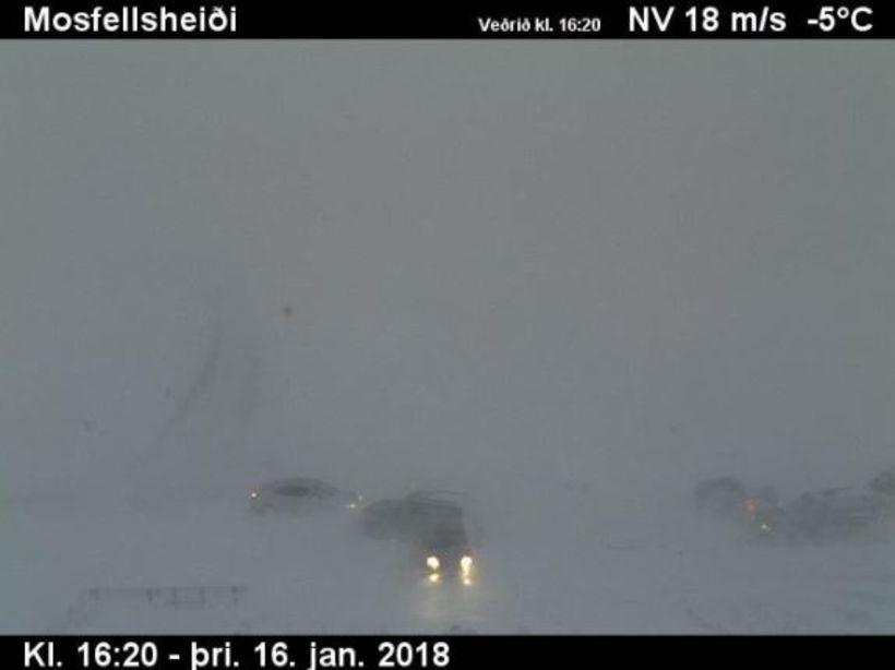 Margir eru fastir á Mosfellsheiði og þar ríkir hálfgert umferðaröngþveiti.