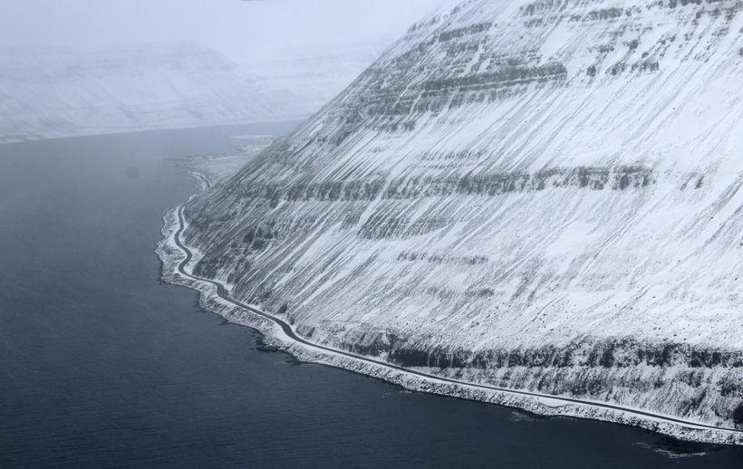 Vegurinn milli Súðavíkur og Ísafjarðar er áfram lokaður vegna snjóflóðahættu.