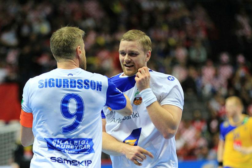 Guðjón Valur Sigurðsson og Aron Pálmarsson fara yfir málin.