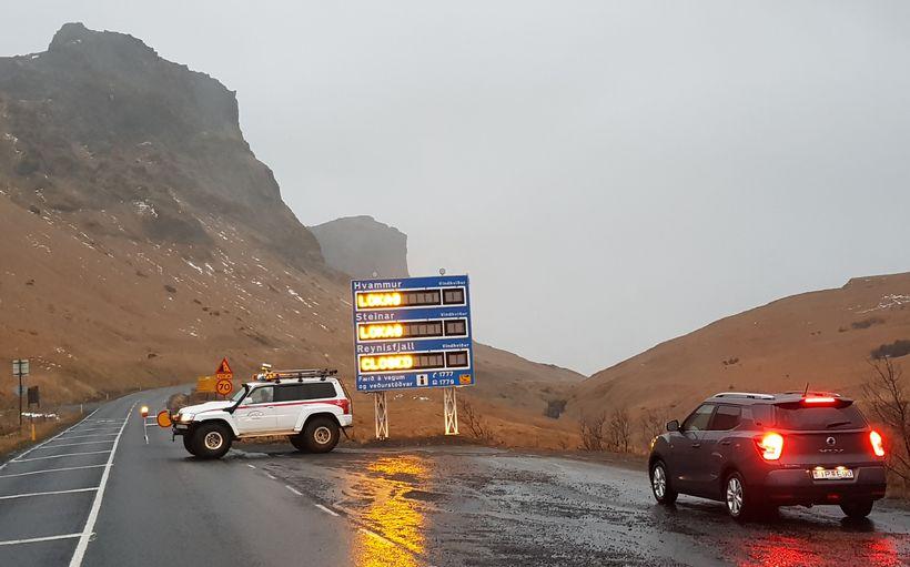 Þjóðvegurinn var lokaður við Vík í Mýrdal vegna vindstrengja. Undir ...