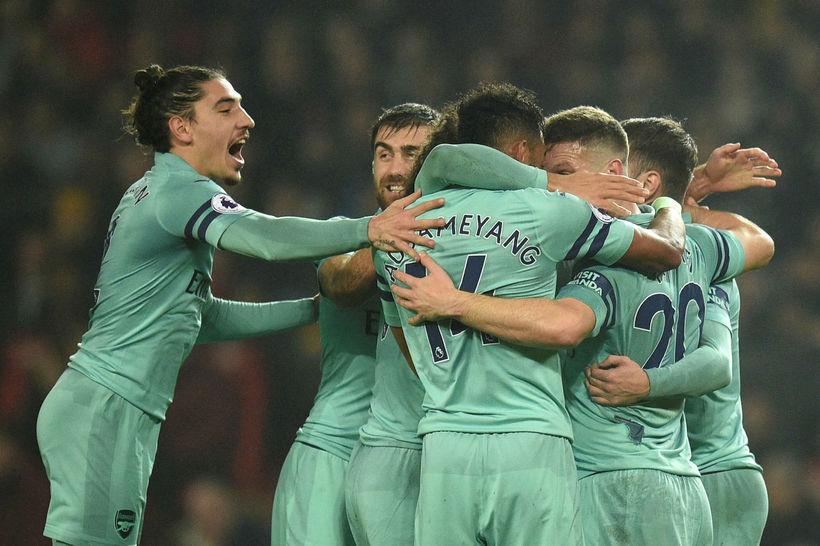 Arsenal-menn fagna marki á Old Trafford í gærkvöld.