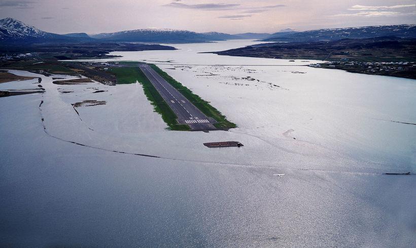 Egilsstaðaflugvöllur umkringdur flóðvatni. Náttúruöflin minna reglulega á sig á Íslandi.