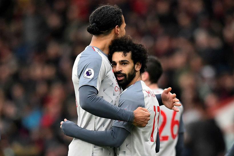 Virgil van Dijk fagnar með Mohamed Salah eftir að sá ...