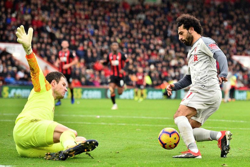 Mohamed Salah í þann mund að fullkomna þrennu sína í ...